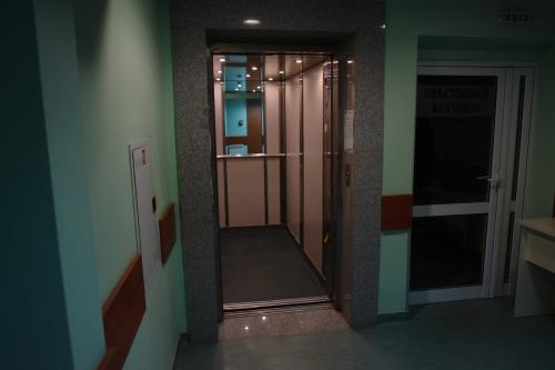Асансьор в болница Полимед