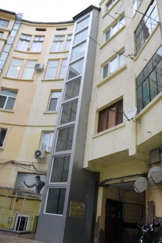 Сграда с панорамен асансьор